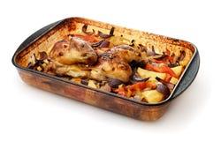 Gebakken kip met groenten in het dienblad van het glasbaksel Royalty-vrije Stock Foto's