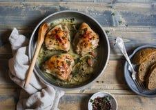 Gebakken kip in witte wijn in de pan Op rustieke houten achtergrond royalty-vrije stock foto's