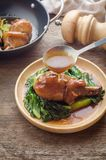 Gebakken kippenbeen met groenten en saus op rustieke houten bac Stock Afbeelding