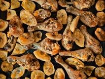 Gebakken kippenbenen en aardappels Royalty-vrije Stock Fotografie