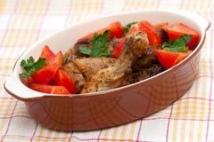 Gebakken kippenbenen met tomaat en kruiden Royalty-vrije Stock Afbeelding