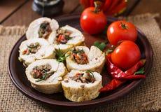 Gebakken kippenbroodjes met paddestoelen en paprika royalty-vrije stock fotografie