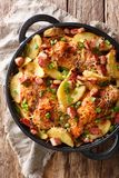 Gebakken kippenfilet met binnen aardappels, bacon en kaasclose-up royalty-vrije stock foto's