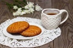 Gebakken koekjes met thee Royalty-vrije Stock Afbeeldingen