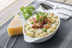 Gebakken macaroni en kaas met geraspte parmezaanse kaaskaas a Royalty-vrije Stock Fotografie