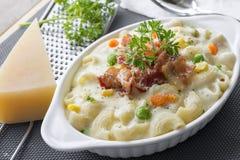 Gebakken macaroni en kaas met geraspte parmezaanse kaaskaas a Stock Foto's