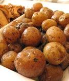 Gebakken nieuwe aardappels met dille Stock Foto's