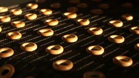 Gebakken ongezuurde broodjes op productielijn stock footage
