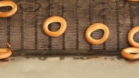 Gebakken ongezuurde broodjes op productielijn stock videobeelden