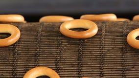 Gebakken ongezuurde broodjes op productielijn stock video