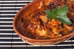 Gebakken paddestoelen met uien en kruiden in de saus. Stock Foto's