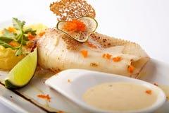 Gebakken pijlinktvis met fijngestampte aardappel en saus Stock Afbeeldingen