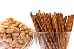 Gebakken pinda's en zoute pretzels - Stock Foto