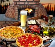 Gebakken pizza in het hout royalty-vrije stock afbeelding