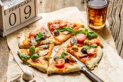 Gebakken pizza met oude houten kalender en koude drank Stock Afbeelding