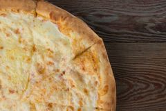 Gebakken pizza op houten achtergrond royalty-vrije stock afbeelding