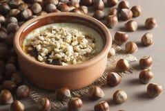 Gebakken rijstebrij Turks melkachtig dessert sutlac in aardewerkbraadpan met hazelnoten royalty-vrije stock foto