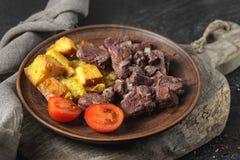 Gebakken rundvlees met croutons, kersentomaten royalty-vrije stock fotografie
