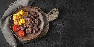 Gebakken rundvlees met croutons, kersentomaten royalty-vrije stock afbeelding