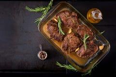 Gebakken rundvleeslapje vlees met knoflook en rozemarijn Royalty-vrije Stock Foto's
