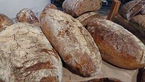 Gebakken rustiek organisch broodbrood op de teller in de bakkerij stock afbeeldingen