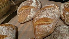 Gebakken rustiek organisch broodbrood op de teller in de bakkerij stock foto