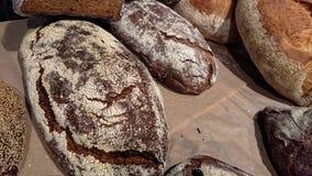 Gebakken rustiek organisch broodbrood op de teller in de bakkerij royalty-vrije stock foto's