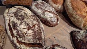 Gebakken rustiek organisch broodbrood op de teller in de bakkerij stock foto's