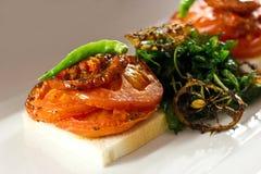 Gebakken tomaten en groene paprika op wit brood royalty-vrije stock foto's