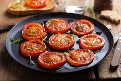 Gebakken tomaten met kruiden en olijfolie Stock Afbeeldingen