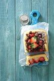 Gebakken vanille en chocolade knapperige cake met verse aardbeien stock fotografie