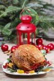 Gebakken varkensvlees met droge abrikozen op Kerstmislijst Stock Foto's
