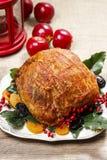 Gebakken varkensvlees met droge abrikozen op Kerstmislijst Stock Foto