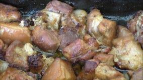 Gebakken varkensvleesbuik met knoflook stock videobeelden