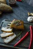 Gebakken varkensvleesbuik met kruiden, thyme, bittere peper, vers brood Oekra?ens vet Traditionele schotel van de Oekra?ne Donker royalty-vrije stock afbeeldingen