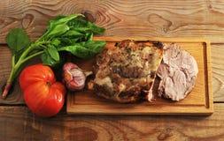 Gebakken varkensvleesham met kruiden op een houten Raad royalty-vrije stock foto's