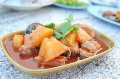Gebakken varkensvleesrib gemengde ananas in tomatensaus Royalty-vrije Stock Afbeeldingen