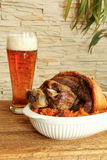 Gebakken varkensvleessteel met zuurkool en bier Stock Afbeelding