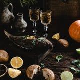 Gebakken vissen met citroen en kruiden op houten raad met witte wijnglazen Stock Foto's