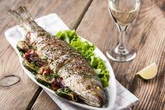 Gebakken vissen met groenten stock foto