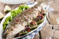 Gebakken vissen met groenten royalty-vrije stock afbeeldingen