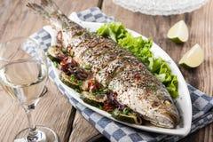 Gebakken vissen met groenten stock afbeeldingen