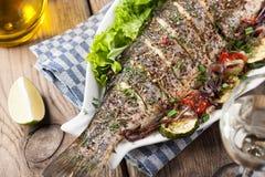 Gebakken vissen met groenten royalty-vrije stock foto's