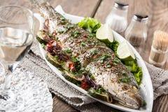 Gebakken vissen met groenten stock afbeelding