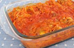 Gebakken vissen in tomatensaus met groenten stock afbeelding