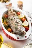 Gebakken vissenforel met groenten stock foto's