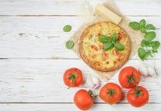 Gebakken vlak brood met tomaten, kaas, knoflook en Basilicum Royalty-vrije Stock Foto's