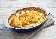 Gebakken vlees met aardappels en kaas Royalty-vrije Stock Foto