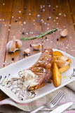 Gebakken vlees met aardappels in saus Royalty-vrije Stock Foto's