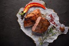 Gebakken vlees met kruiden op zwarte achtergrond royalty-vrije stock foto